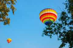 Kleurrijke hete luchtballons, Samenstelling van aard en blauwe hemelachtergrond in Ayutthaya, Thailand Stock Foto's