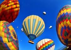 Kleurrijke hete luchtballons tegen blauwe hemel Stock Afbeeldingen