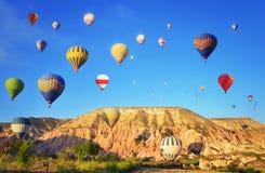 Kleurrijke hete luchtballons tegen blauwe hemel Stock Foto's