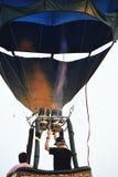 Kleurrijke hete luchtballons tegen een blauwe zonsonderganghemel stock afbeelding