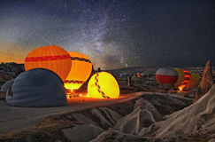 Kleurrijke hete luchtballons vóór lancering in Cappadocia stock foto's