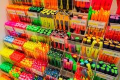 Kleurrijke highlighterpennen in kantoorbehoeften op warenhuis stock afbeelding