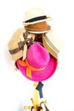 Kleurrijke hoed op een rek Stock Foto's