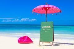 Kleurrijke hoofdkussens en paraplu op tropisch overzees en strand B stock afbeeldingen