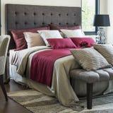 Kleurrijke Hoofdkussens op Bed Royalty-vrije Stock Afbeeldingen