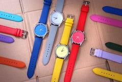Kleurrijke horloges op kartonachtergrond Stock Foto