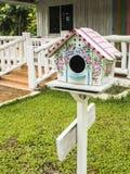 Kleurrijke houten het nestelen doos stock fotografie
