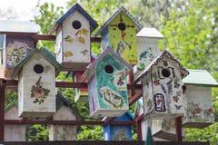 Kleurrijke houten vogelhuizen in het Park Stock Afbeeldingen