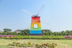 Kleurrijke houten windmolen in openbaar park Royalty-vrije Stock Afbeelding