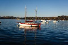 Kleurrijke houten zeilboot Stock Afbeeldingen