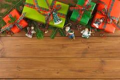 Kleurrijke huidige dozen voor om het even welke vakantie op houten achtergrond Stock Afbeeldingen