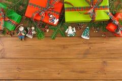 Kleurrijke huidige dozen voor om het even welke vakantie op houten achtergrond Royalty-vrije Stock Foto's
