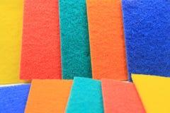 Kleurrijke huishouden schoonmakende spons voor het schoonmaken Stock Foto's