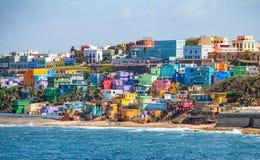 Kleurrijke huislijn de oceaanvoorzijde in San Juan, Puerto Rico stock fotografie