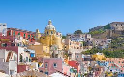 Kleurrijke huisvesting van Marina Corricella bij Procida-eiland, Italië stock foto