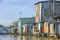 Kleurrijke huizen bij de Mekong rivier Stock Afbeeldingen