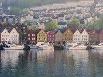 Kleurrijke huizen bij de overzeese voorzijde, Bergen, Noorwegen Stock Afbeeldingen