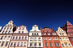 Kleurrijke huizen, blauwe hemel, Solny-vierkant, Wroclaw, Polen De ruimte van het exemplaar stock foto