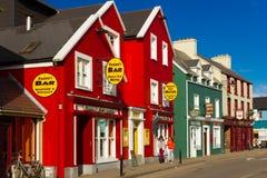 Kleurrijke huizen Bundelstraat dingle ierland stock foto