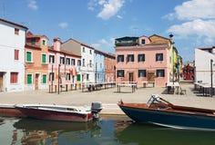 Kleurrijke huizen in Burano, Venetië stock foto