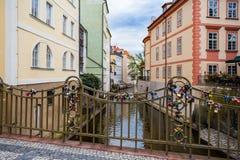 Kleurrijke huizen, Certovka de Stroom van Davil ` s, Kampa-Eiland, Th stock afbeeldingen