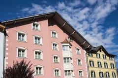 Kleurrijke huizen in Chiusa Klausen, Italië stock afbeeldingen