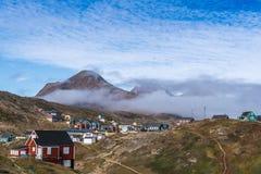 Kleurrijke huizen in de bergen van Groenland stock afbeeldingen