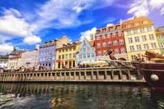 Kleurrijke huizen in de oude stad van Kopenhagen met boten en schepen in het kanaal voor hen Stock Foto