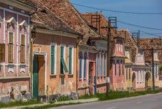 Kleurrijke huizen in de Roemeense stad van Biertan royalty-vrije stock fotografie