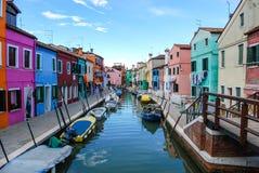 Kleurrijke huizen die het kanaal in Burano, Venetië, Italië voeren stock fotografie