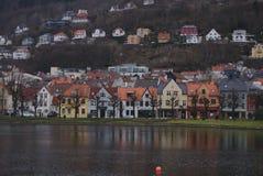 Kleurrijke huizen die het water overdenken royalty-vrije stock afbeeldingen