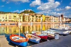 Kleurrijke huizen en boten in Bosa, Sardinige, Italië, Europa stock afbeelding