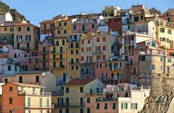 Kleurrijke huizen en oude voorgevel in klein dorp riomaggiore in Ligurië, Italië Stock Foto's