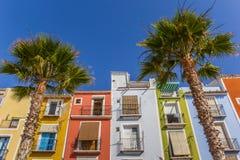 Kleurrijke huizen en palmen in Villajoyosa stock afbeelding