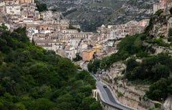 Kleurrijke huizen en straten in oud middeleeuws dorp Ragusa in Sicilië, Italië Stock Afbeelding