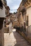 Kleurrijke huizen en straten in oud middeleeuws dorp Ragusa in Sicilië, Italië Stock Fotografie