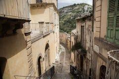 Kleurrijke huizen en straten in oud middeleeuws dorp Ragusa in Sicilië, Italië Stock Afbeeldingen
