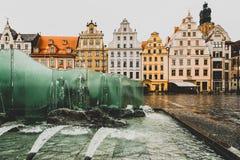 Kleurrijke huizen, glasfontein, Marktvierkant, Wroclaw, Polen royalty-vrije stock afbeeldingen