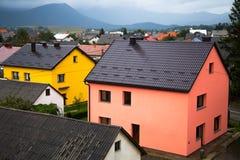 Kleurrijke huizen in het dorp van Korenica, Kroatië, dichtbij het Nationale Park van Plitvice royalty-vrije stock afbeeldingen