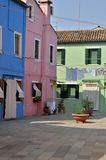 Kleurrijke huizen in klein plein Stock Foto's