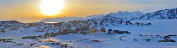 Kleurrijke huizen in Kulusuk, Groenland stock fotografie