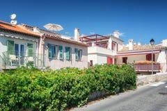 Kleurrijke huizen langs de promenade Amiral DE Grasse in Antibes stock foto