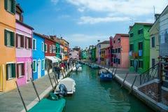 Kleurrijke huizen langs een kanaal op Burano-eiland, Italië Stock Afbeelding