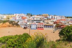 Kleurrijke huizen op Carvoeiro-strand Stock Fotografie