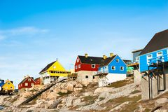 Kleurrijke huizen op de rotsen in Ilulissat, Groenland royalty-vrije stock afbeeldingen