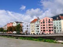 Kleurrijke huizen op een rivieroever, Innsbruck, Oostenrijk Stock Afbeelding
