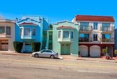 Kleurrijke huizen op hellende straat in San Francisco. stock foto