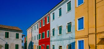 Kleurrijke huizen op het Eiland Burano, in Venetië, Italië stock afbeeldingen