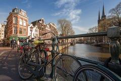 Kleurrijke huizen op het kanaal in de lente zonnige dag Stock Fotografie