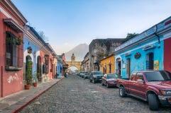 Kleurrijke huizen op hoofdstraat in Antigua royalty-vrije stock foto's